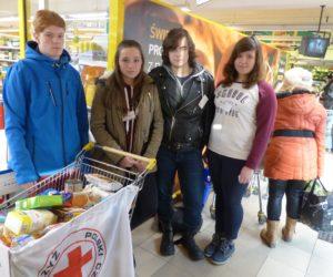 Zbiórka żywności przez wolontariat PCK